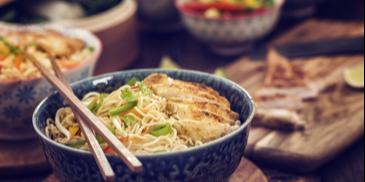 Noodles cu pui si unt de arahide