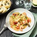 Zucchini-Spaghetti mit Tomatensauce und Garnelen