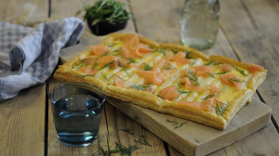 Plaatpizza met asperges en gerookte zalm