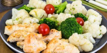 Пиле барбекю с  броколи и карфиол