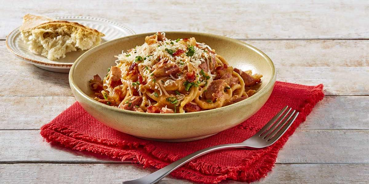 Espagueti rojo con salchicha y tocino
