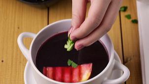 Barszcz czerwony z sokiem jabłkowym i grillowanym jabłkiem