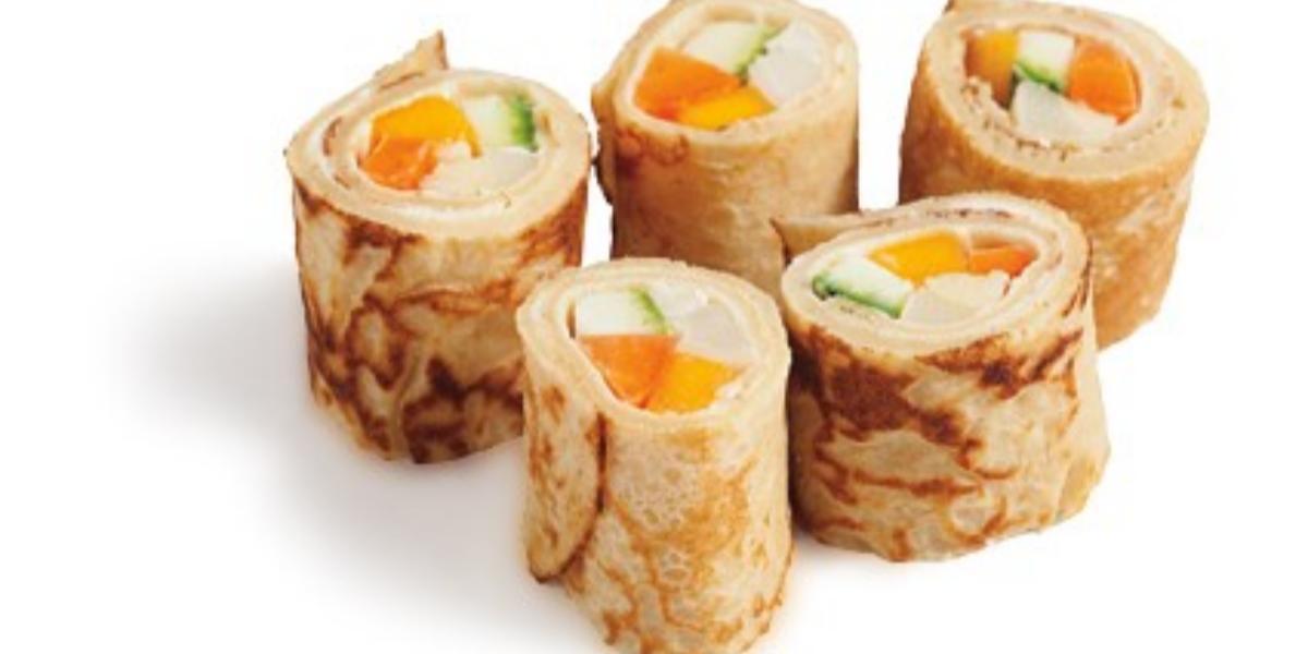 foto tirada de panquecas recheadas com cenoura, abobrinha, manga, palmito e requeijão.