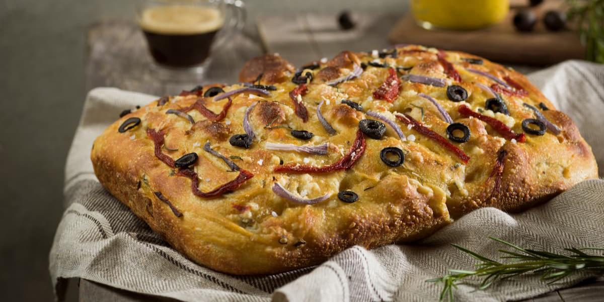 Focaccia a la mostaza con cebollas, olivas y pimiento rojo
