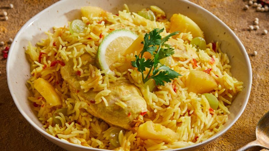 الأرز بنكهة الكاري مع الدجاج والأناناس