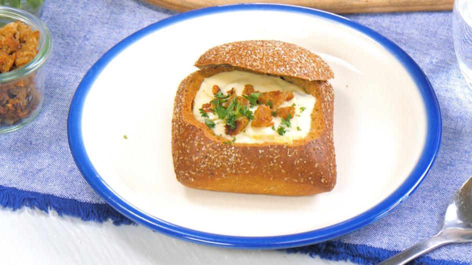 Käsesuppe im Roggenbrötchen