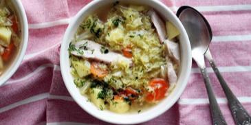 Zupa kapuściana z kapusty włoskiej na skrzydełkach z indyka
