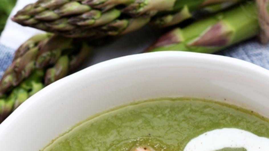 Zupa szparagowa – krem z zielonych szparagów z pieczonym łososiem