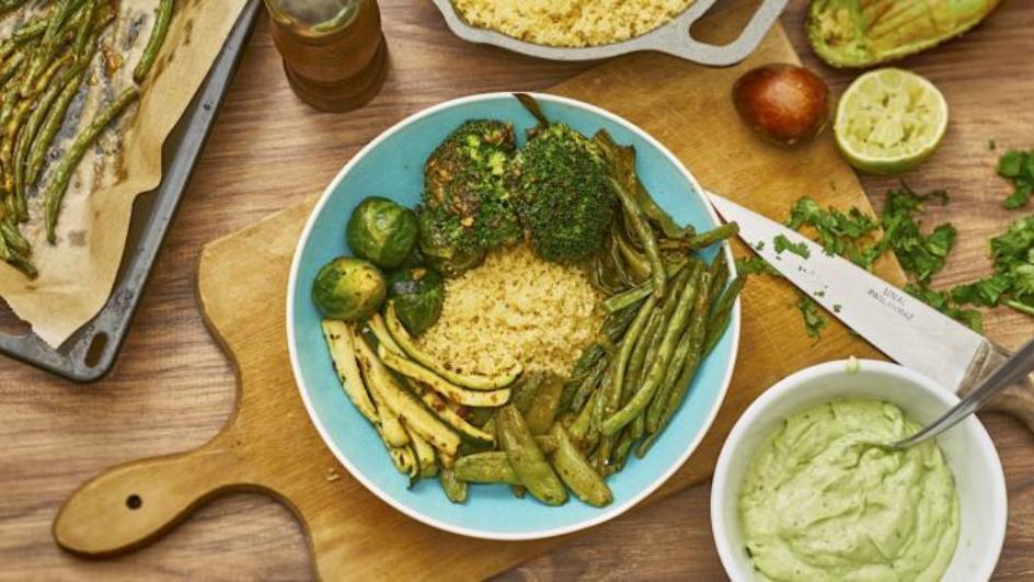 Grüne Ofengemüse-Bowl