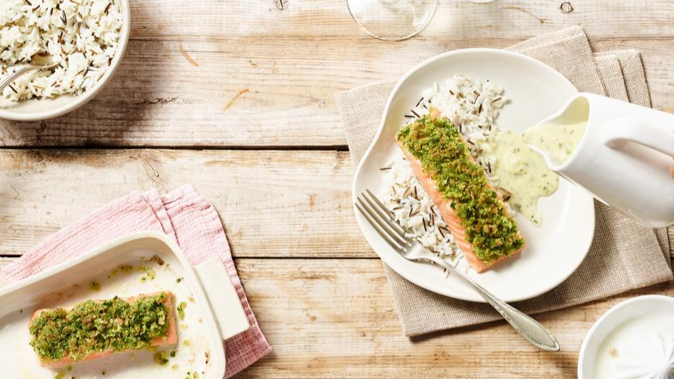 Lachs mit Wasabi-Kräuterkruste an Joghurt-Kräutersauce