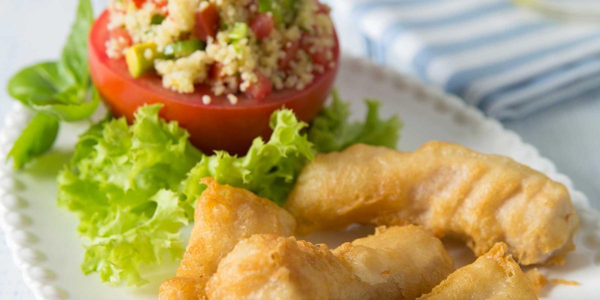 Tomate relleno con Cou Cous verde y Finger de Pescado Frito