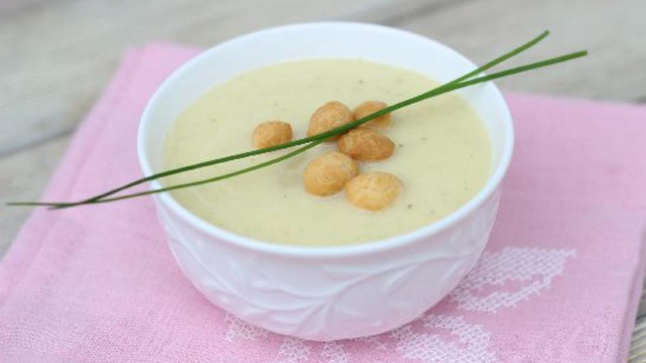 Bardzo kremowa zupa z białych szparagów z groszkiem ptysiowym