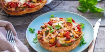 Überbackenes mediterranes Putensandwich