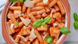 Паста със сос от червени зеленчуци