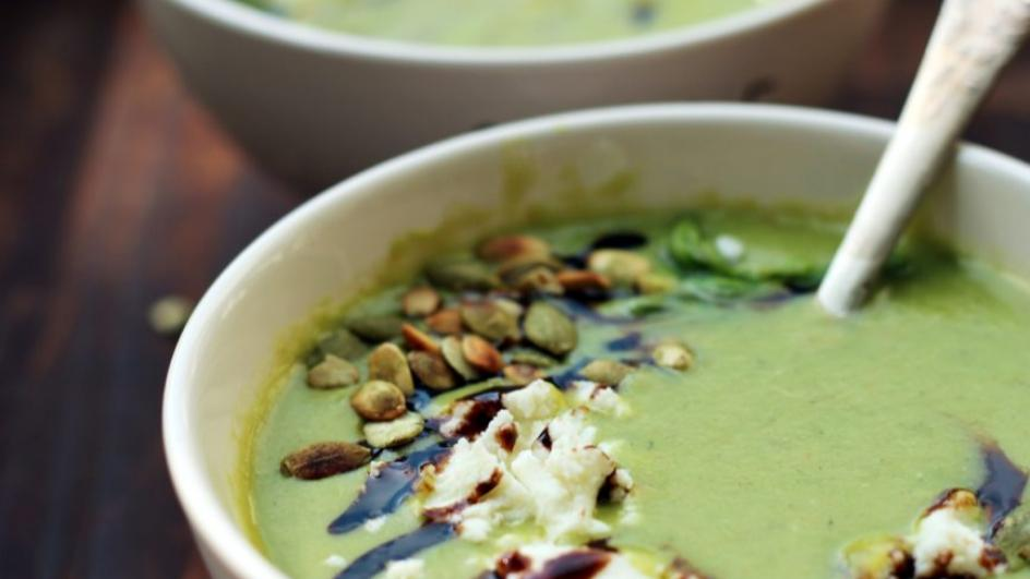 Kremowa zupa z zielonych szparagów z kozim serem, sosem balsamicznym i prażonymi pestkami dyni