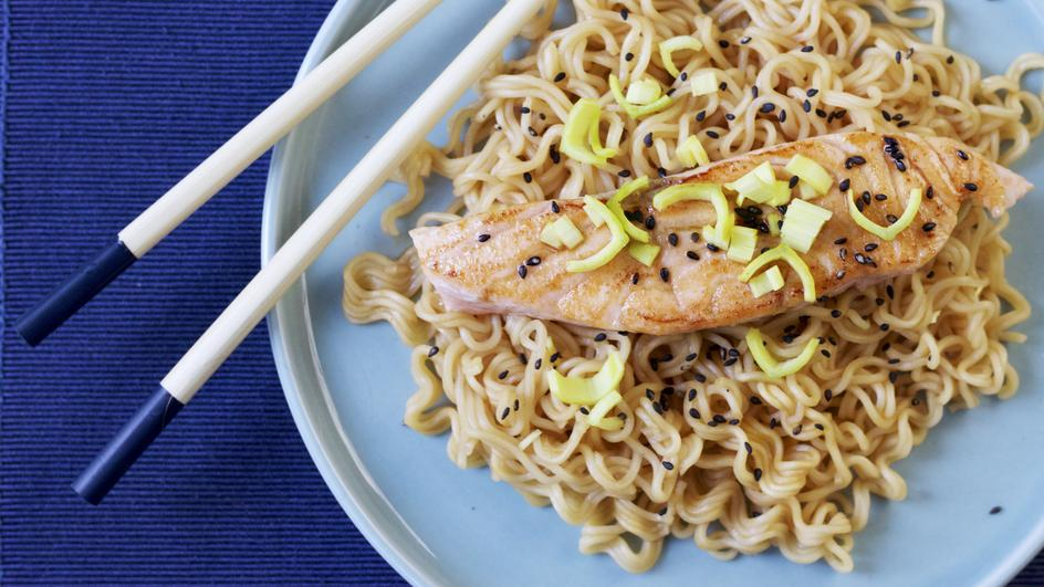 Ricetta Noodles al gusto curry con salmone, sesamo e zenzero