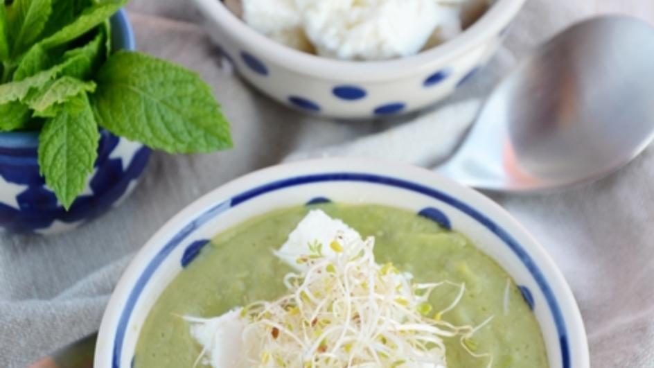 Zupa krem ze świeżego groszku z fetą i kiełkami