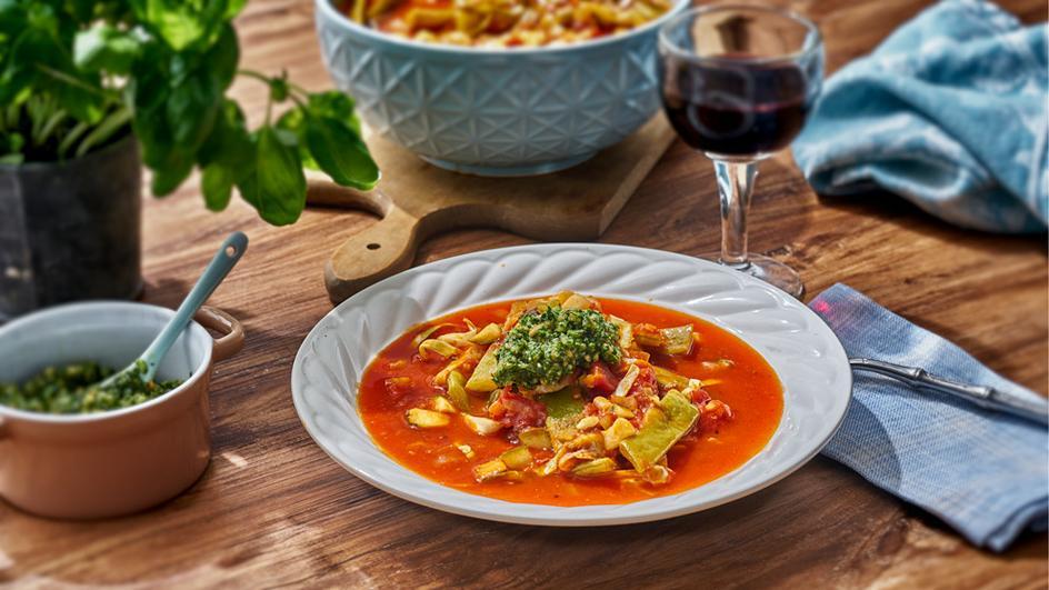Vegetarische Gemüsesuppe mit Pesto