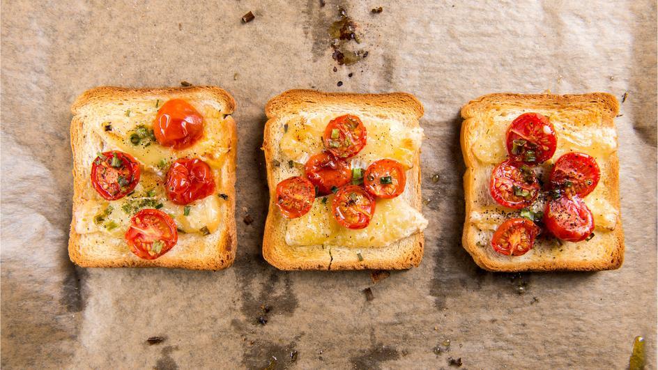 Cheesy Tomato Garlic Bread Recipe