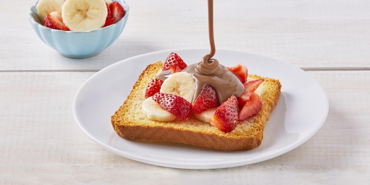 Pan tostado con plátano y fresas
