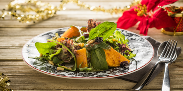 Σαλάτα πράσινη με ψητή κολοκύθα, καρύδια και ντρέσινγκ κράνμπερι