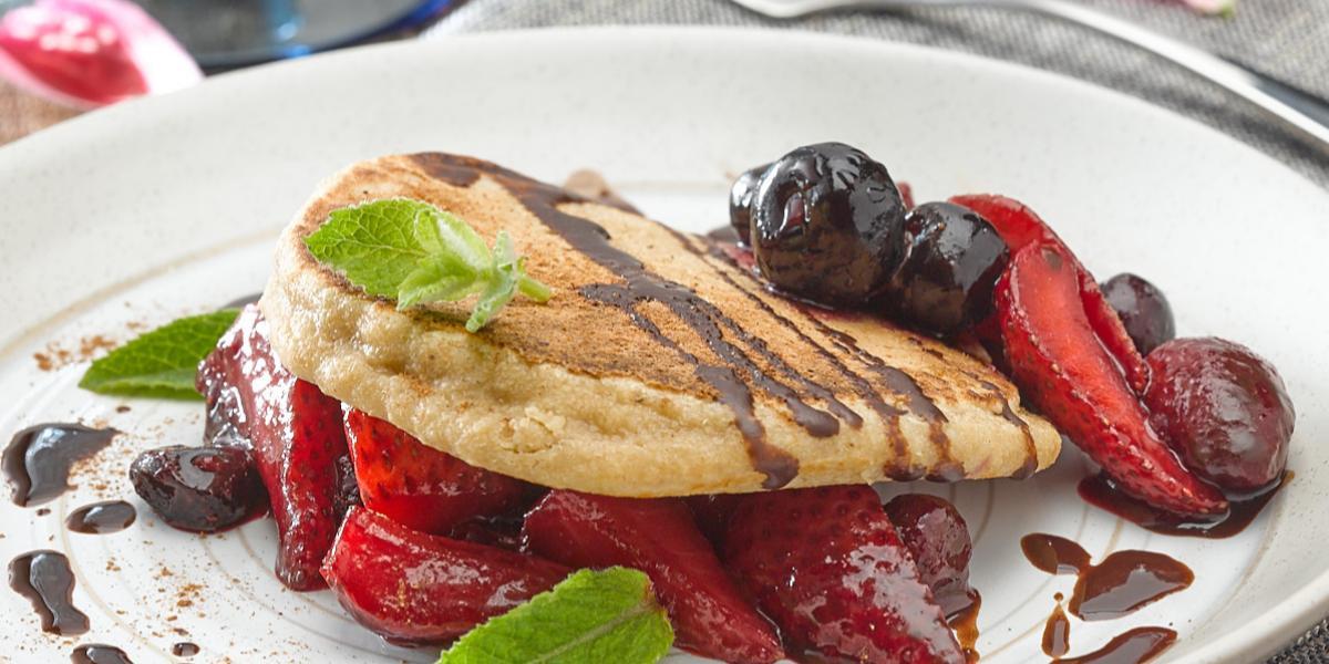 Hotcakes de Avena y Cacao con Berries al Romero
