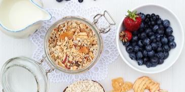 Domowe musli z owocami na zupę śniadaniową