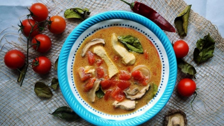 Zupa tajska Tom-Yum z kurczakiem