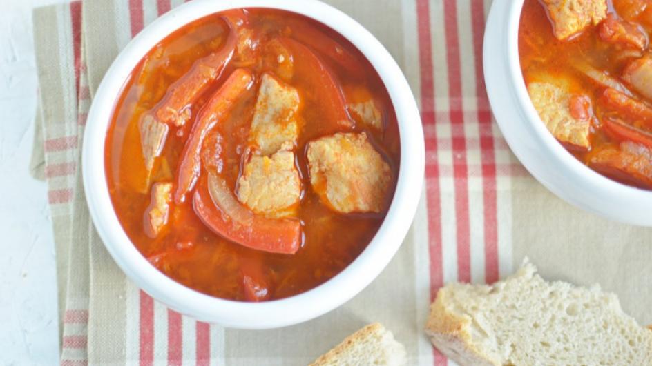 Węgierska zupa rybna z papryką i sumem