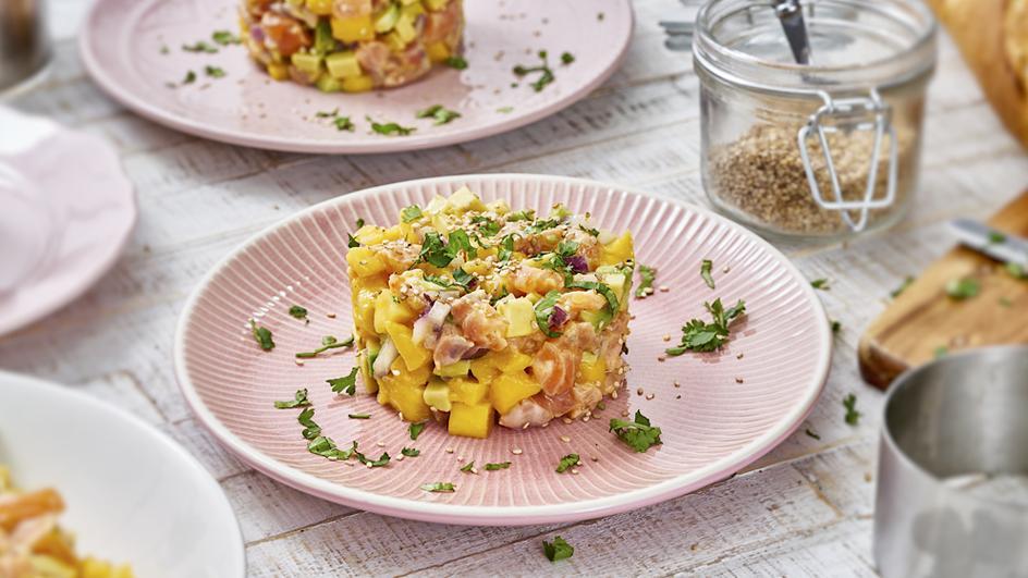 Lachstatar mit Avocado und Sesam