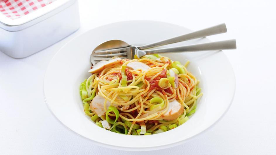 Pasta met tomatensaus en gerookte kipfilet