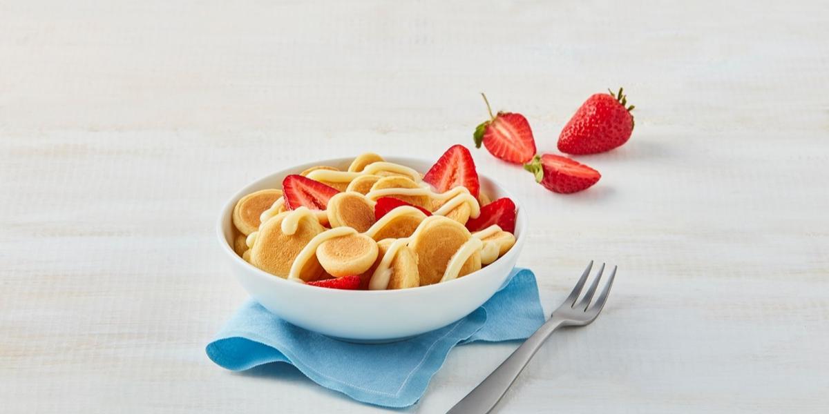 Bowl de mini hot cakes con fresas