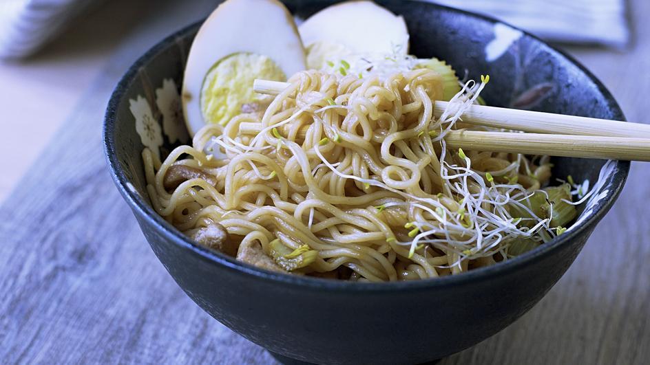 Ricetta Noodles al gusto pollo con pollo, sedano e uova marinate