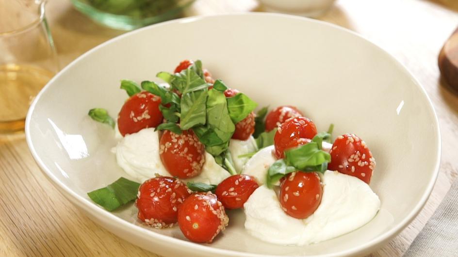 Gefüllter Mozzarella mit Sesam-Tomaten