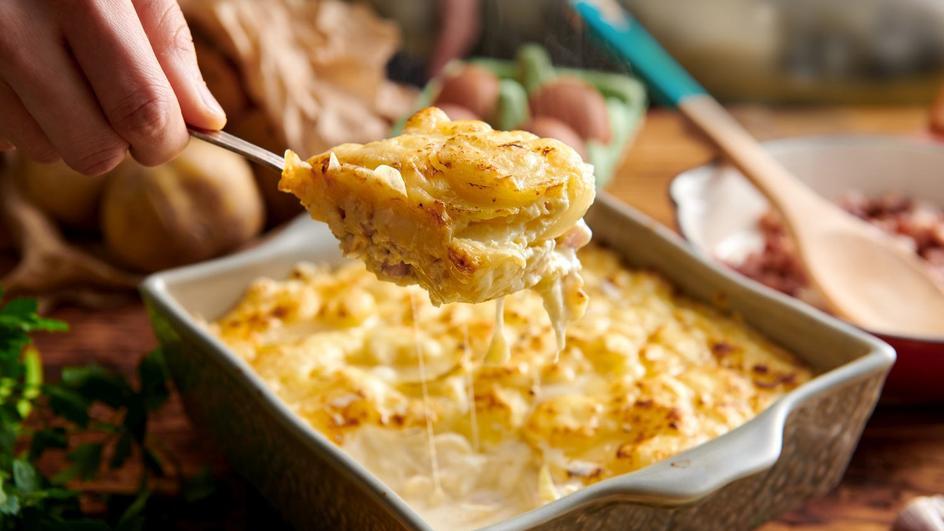 Zapiekanka z ziemniaków z boczkiem i jajkiem