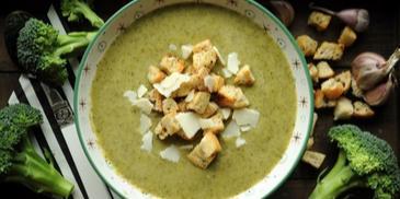 Zupa brokułowa z czosnkowymi grzaneczkami
