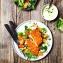 Vegetarisches Schnitzel mit Ofenkartoffeln, Tomatensalat und Avocado-Dressing