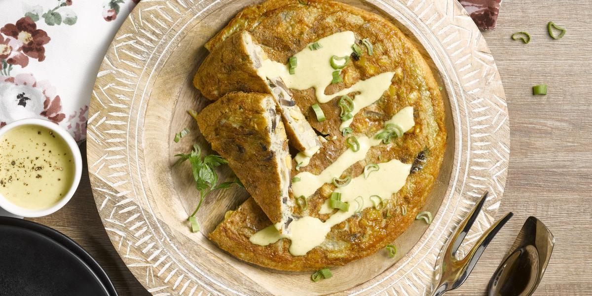 Tortilla de verduras y salsa amarilla