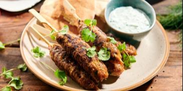 Greckie szaszłyki z mięsa mielonego