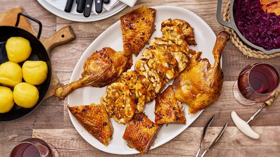 Gefüllte Ente mit Brezeln und getrockneten Aprikosen
