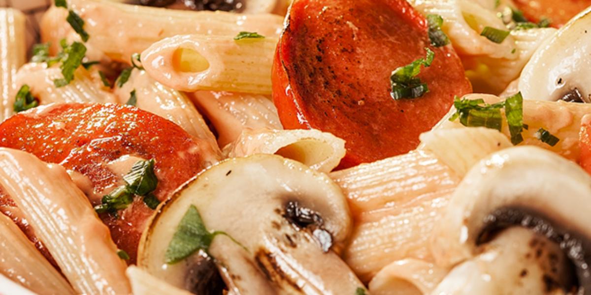 Pasta Penne con salchichas guisadas y hongos