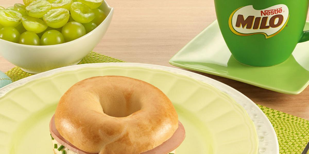 Bagel con mortadela y queso cremoso acompañado de MILO® | Recetas Nestlé