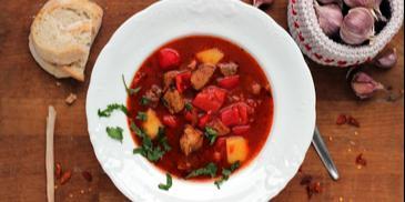 Pikantna zupa gulaszowa z pieczoną czerwoną papryką
