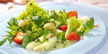 Spargelsalat mit Erdbeeren und grünem Pfeffer