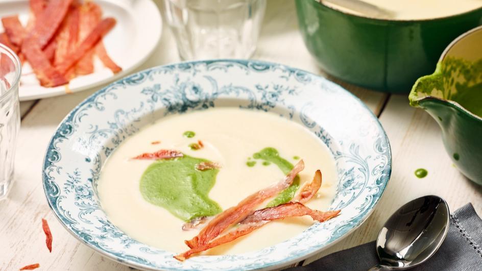 Grün-weiße Petersilienwurzel-Cremesuppe mit Schinkenchips