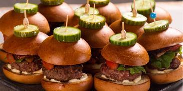Mini Burgers από τον Άκη Πετρετζίκη