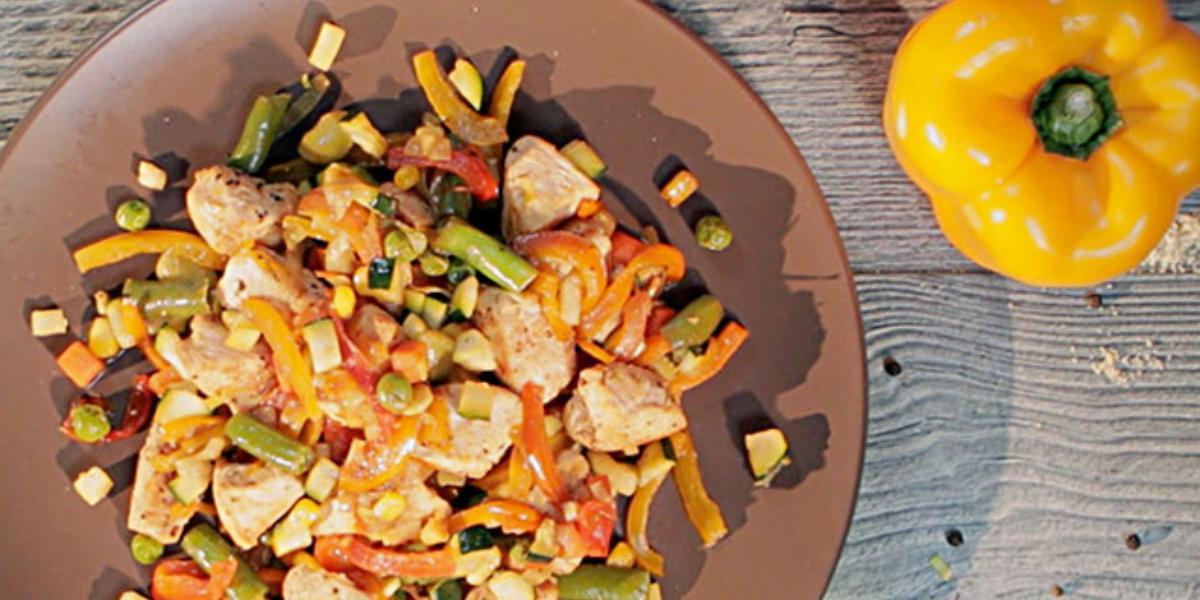 Pechuga de pollo salteada con vegetales