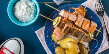 Σουβλάκια φρέσκου σολομού με σάλτσα γιαουρτιού και ψητές πατάτες