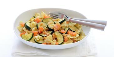 Farfalle pasta met gewokte zalmsnippers en courgette