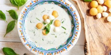Chłodnik ogórkowy z kulami melona i mozzarelli